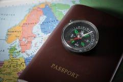 Compás en pasaporte y mapa Imágenes de archivo libres de regalías