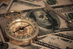 Compás en U S banknotes imagen de archivo libre de regalías