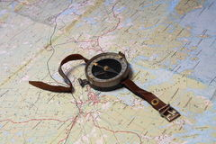 Compás en un mapa Imagen de archivo