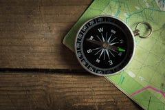 Compás en un mapa de camino Imágenes de archivo libres de regalías