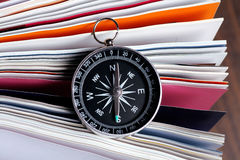 Compás magnético en un libro Imagen de archivo libre de regalías