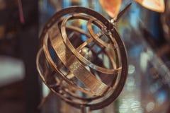 Compás náutico de cobre amarillo antiguo del reloj de sol fotografía de archivo