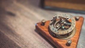 Compás náutico de cobre amarillo antiguo del reloj de sol fotos de archivo libres de regalías