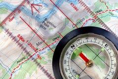 Compás navegacional en correspondencia topográfica Foto de archivo libre de regalías