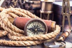 Compás retro y accesorios marinos Fotografía de archivo libre de regalías