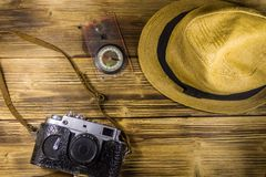 Compás, sombrero y cámara retra de la foto en fondo de madera Fotos de archivo