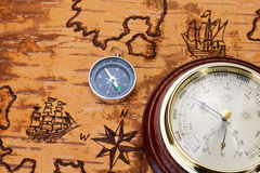 Compás y barómetro en carta del mar fotografía de archivo