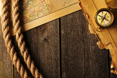 Compás y cuerda antiguos sobre mapa viejo Fotos de archivo