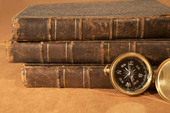 Compás y libros imagen de archivo