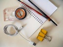 Compás y objetos en un fondo blanco para el viaje Imagenes de archivo