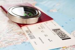 Compás y pasaporte con el documento de embarque Imagen de archivo