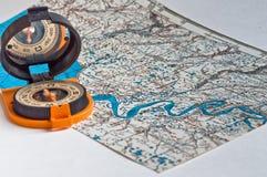 Compás y un mapa. Fotos de archivo