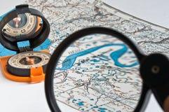 Compás y un mapa. Imágenes de archivo libres de regalías