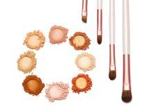 Compõe a cor doce do pó e escove-a no fundo branco Fotografia de Stock Royalty Free
