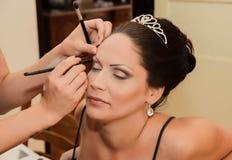 Compõe o artista e sua noiva está preparando-se para o dia do casamento Conceito do amor e dos pares Fotos de Stock Royalty Free