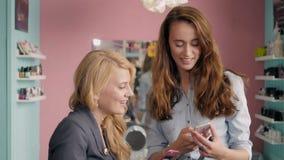 Compõe o artista que faz o profissional da jovem mulher, escova nas mãos do estilista Foto de Stock Royalty Free