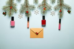 Compõe o grupo de produto com a decoração do Natal e craft o envelope na configuração azul do plano do fundo imagens de stock royalty free