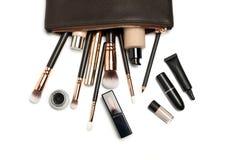 Compõe o saco com os cosméticos isolados no branco imagem de stock
