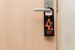 Compõe por favor o sinal da sala no botão de porta fotografia de stock