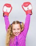 Comp?tence de chef r?ussi ?ducation de sport Enfant mignon de fille avec les gants rouges posant sur le fond blanc ?ducation pour photos stock