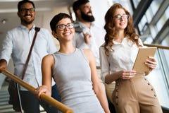 Compañía acertada con los trabajadores felices imagen de archivo libre de regalías