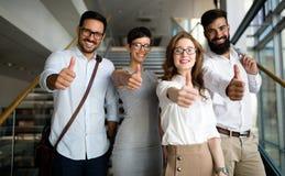 Compañía acertada con los trabajadores felices foto de archivo libre de regalías