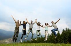 Compañía alegre de amigos jovenes Fotografía de archivo libre de regalías