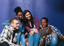 Compañía de amigos blancos y negros, ocio casero Imagen de archivo libre de regalías