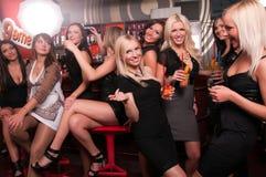Compañía de las muchachas que se divierte en el club de noche imágenes de archivo libres de regalías
