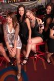 Compañía de las muchachas que se divierte en el club de noche fotografía de archivo