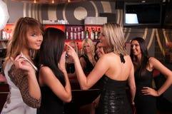 Compañía de las muchachas que se divierte en el club de noche fotos de archivo