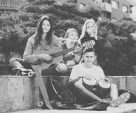 Compañía de los músicos despreocupados de los adolescentes Imágenes de archivo libres de regalías