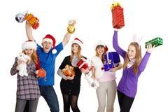 Compañía feliz con los regalos del Año Nuevo en manos Imagen de archivo libre de regalías
