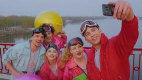Compañía feliz que hace las fotos del selfie almacen de metraje de vídeo