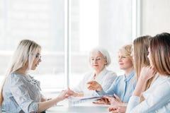 Compañía orientada femenina acertada de las mujeres de negocios imagenes de archivo