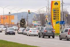 Compañía petrolera de soporte de los repuestos Rosneft con el combustible cerca de los precios del camino con precios de la gasol Foto de archivo libre de regalías