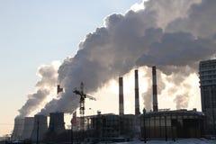 Compañías de la energía del humo grueso sobre la ciudad Foto de archivo libre de regalías