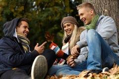 Compañerismo feliz en parque del otoño Imagen de archivo