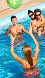 Compañerismo feliz que se divierte el verano en piscina imagenes de archivo