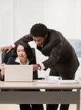Compañero de trabajo que explica problema al supervisor Fotografía de archivo