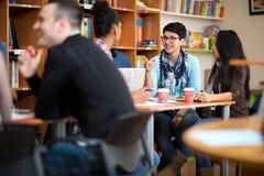 Compañeros de clase que socializan después de clase foto de archivo