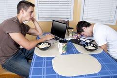 Compañeros de cuarto de la universidad que comen el desayuno Fotos de archivo