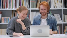 Compañeros de equipo que reaccionan al resultado positivo del negocio foto de archivo
