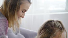 Compañeros de las hermanas de las muchachas del abrazo del amor del pasatiempo de la amistad almacen de metraje de vídeo