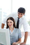 Compañeros de trabajo atractivos en un ordenador Imagen de archivo