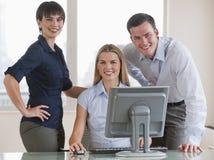 Compañeros de trabajo con el ordenador