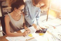 Compañeros de trabajo de la mujer que toman grandes decisiones económicas Oficina de comercialización joven de Team Discussion Co imagen de archivo libre de regalías