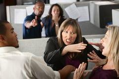 Compañeros de trabajo de las mujeres que pelean Fotos de archivo