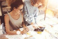 Compañeros de trabajo de las mujeres que toman grandes decisiones económicas Oficina de comercialización joven de Team Discussion Fotografía de archivo libre de regalías