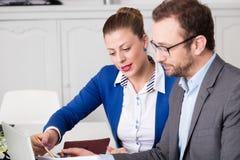 Compañeros de trabajo del negocio que analizan el documento de negocio Foto de archivo libre de regalías